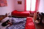 Adrita ontwaakt op haar kamer